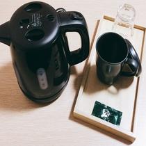湯沸しポット、グラス、マグカップ、お茶の粉末です。ぜひご利用くださいませ。