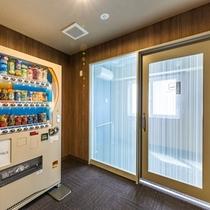 2階の禁煙フロアには喫煙コーナーを設置。豊富な自動販売機も御座います。