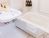 バリアフリールーム(電話予約のみ受付)の浴槽は通常よりも広々としております。