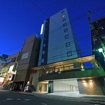 *【外観】三島駅南口より徒歩2分。飲食店・コンビニ、緑あふれる公園などの施設の至近に位置します。