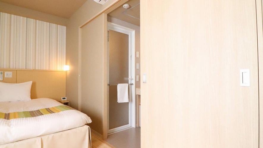 さらに手前の仕切り戸をスライドさせると、入り口との仕切りに。お休みの際の防音効果も◎