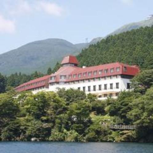 緑の中に佇む山のホテル
