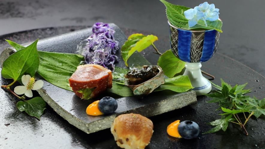 夏の会席一例 前菜_あなごの手まり、床節のよもぎ味噌、紫キャベツ白和え、蓴菜(山芋)、鴨アスパラ
