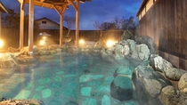 【幸の湯(男湯)露天風呂】加水なしの適温露天と自然たっぷりの景色をご堪能ください。