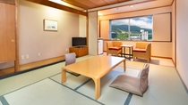 【和室10畳】明るい日差し差込む窓から草津の四季をお楽しみ