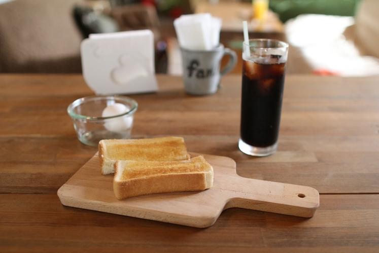 朝ごはんのトースト、ゆで卵、コーヒー。