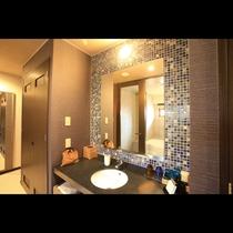 ガーデンビューデラックス 独立した洗面台には大きな鏡とアメニティ類を設置。