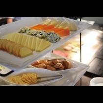 鉄板ビュッフェ「てぃーだ」 チーズやクラッカーなどのワインに合うメニューももちろんございます。