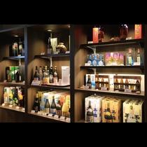 売店「南風(ぱいかじ)」 定番の泡盛から各種酒類、ハブ酒もございますよ。