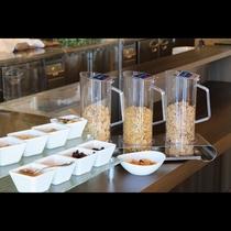 ビュッフェスタイル朝食 軽く食べたい時にピッタリなシリアルやトッピングも数種類。