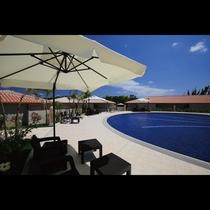 南国の情緒漂う、開放感溢れる屋外プール