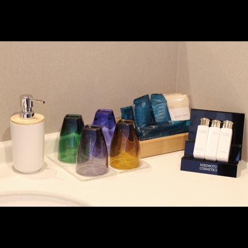 客室アメニティ 歯ブラシ・カミソリ・ボディウォッシュタオル・ブラシなどご用意。