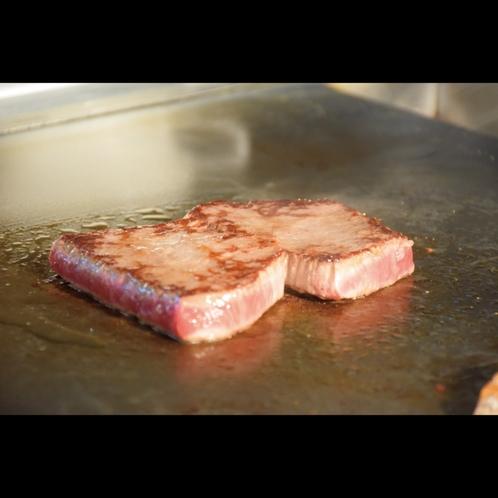 鉄板ビュッフェ「てぃーだ」 島のブランド牛【石垣牛】は熱々の鉄板で!