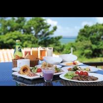 ビュッフェスタイル朝食 青い海を眺めながらの食事をお楽しみくださいませ。