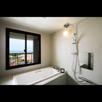 スーペリアテラス オーシャンビュー バスルームからも石垣島の海をご覧いただくことができます。