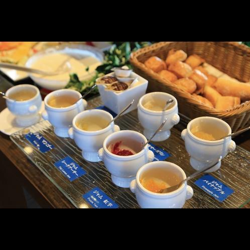 ビュッフェスタイル朝食 紅芋・シークアーサー・パイナップルなど沖縄ならではのジャムをご賞味ください。