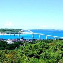 *施設からの眺め/名護湾と瀬底大橋を一望する、見晴らしの良い高台にあります。