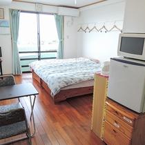 *客室一例/冷蔵庫やミニキッチン完備、広さ約12畳のお部屋。