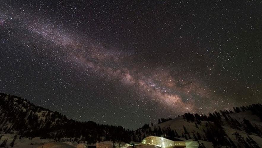 立山荘と星空