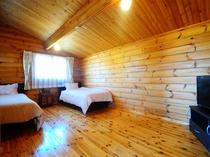【ログハウス一棟貸】ベッド2台と布団3組で計5名様まで泊まれます。