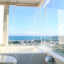 *バスルーム一例/一部の客室では、ブラインドを上げて開放的なバスタイムもお過ごしいただけます