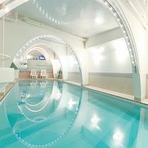 *温水プール/実は長さが約15mほどのある広々としたプールは利用無料!