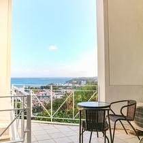*客室入口/プチラナイから望む景色は、伊江島・名護まで望めます