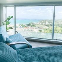 *部屋一例/窓からは東シナ海に加え、真栄田岬や伊江島・名護まで望めます