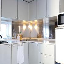 *部屋一例/ミニキッチン完備!各種調理器具も備え付けでご用意しております。