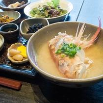 *【朝食一例】アラ入りのお味噌汁は豪快で絶品!