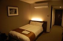 シングルルーム 20㎡のゆったりサイズで、セミダブルのシモンズベッド