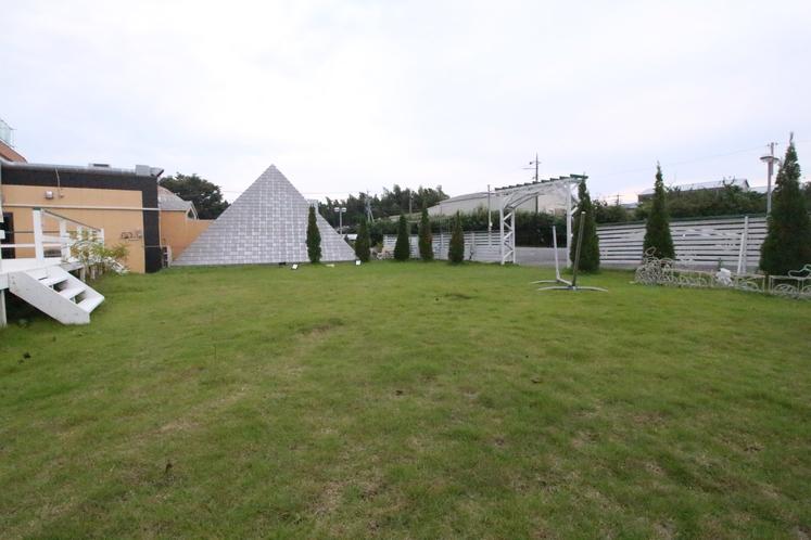 バーベキュースペースの隣には広々な芝生スペースがございます。