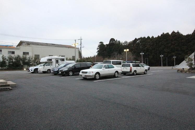 100台駐車可能な大駐車場スペース もちろん無料です。大型観光バスも駐車可能です。