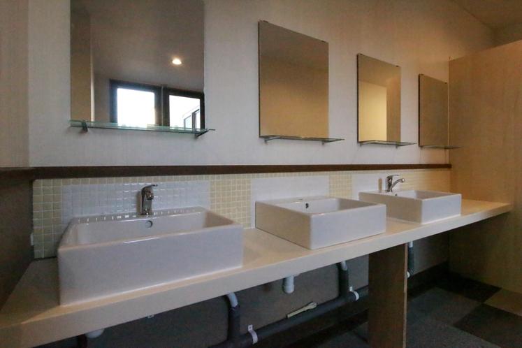 お部屋以外にも館内には洗面スペースを設けております。