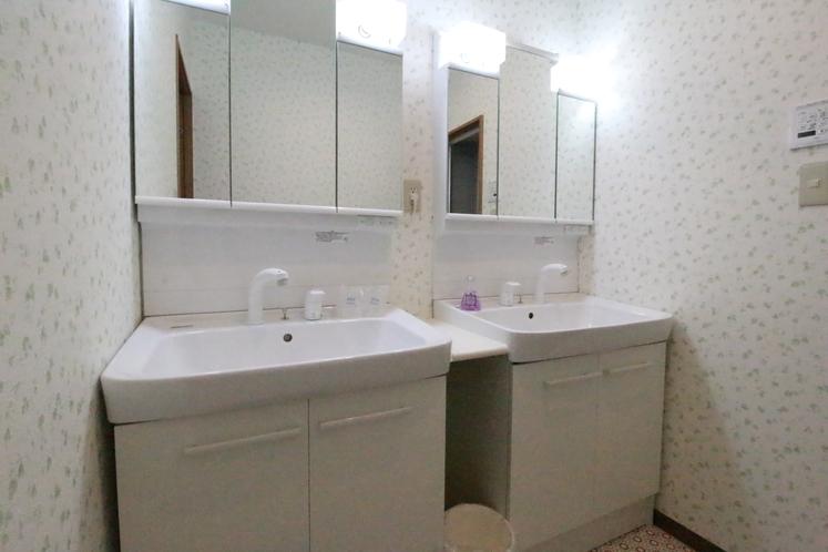 【 快適アップ 】デラックスツインタイプは、洗面台が2つございます。
