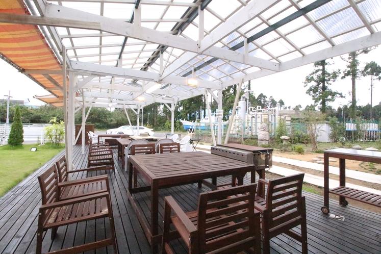 屋根付き バーベキュースペース(有料となります。)小人数~団体様までご利用できます。