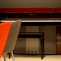 【ラウンジ】ピアノも設置されています♪