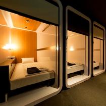 【ビジネスクラスキャビン】ベッドはシングルサイズ・TVは32インチです。