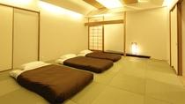 【和室】まるで日本旅館の大部屋のよう 畳に足を投げ出しくつろいで