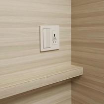 【客室】ベッドサイドには、充電などに使えるコンセント&USBコンセント付き