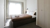 【ダブルルーム】専用のトイレとアメニティの用意があり、快適な滞在を楽しめる。