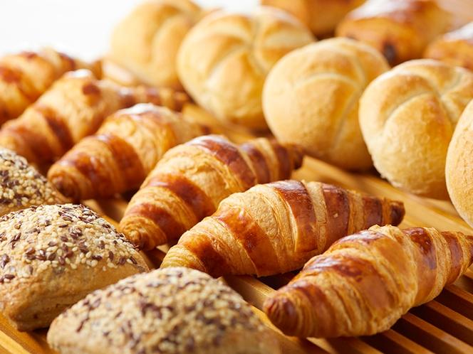 各種パンもご用意。お好きなものをお好きなだけ…
