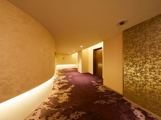 客室へと向かう廊下にもストーリーを。