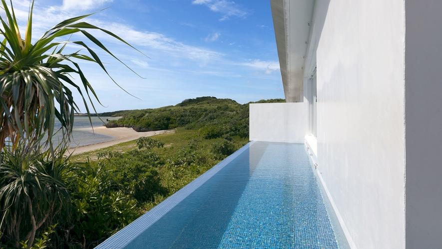 【プール】併設された海のそばのプールは贅沢のひと時