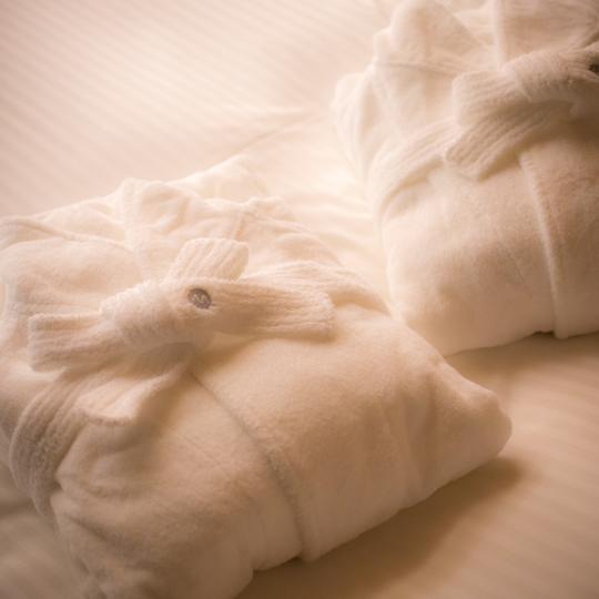 本館専有露天風呂付客室にはバスローブもご用意しております。