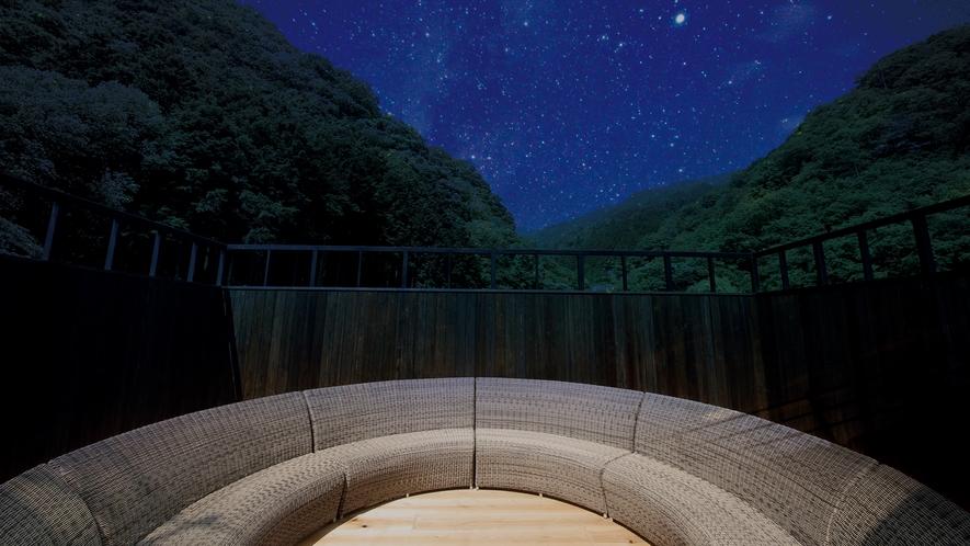 【星見テラス】四方を壁に囲まれ、空を見上げるためだけの場所。天気の良い日にはぜひ星空ウォッチングを