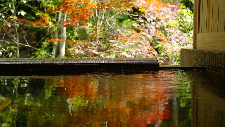 自家源泉の美合温泉にたゆたい心身を開放する贅沢な湯の音色と一体となっていく。