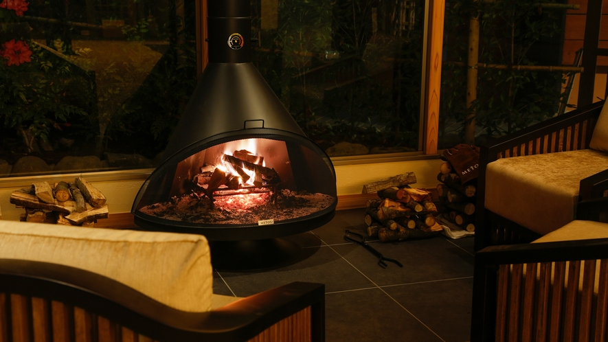 暖炉の温もりに包まれたロビーでは、木の香りとともに、薪のはぜる小さな音が心地よく響きます。