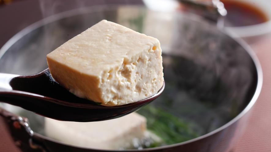 琴南地区名物の岩豆腐を湯豆腐で(料理イメージ)