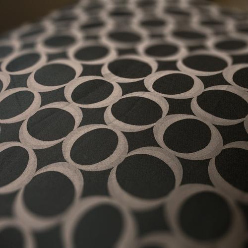 洗練された格調高いデザインのベッドカバー。ぜひ京の旅の疲れを癒やしてくださいませ。